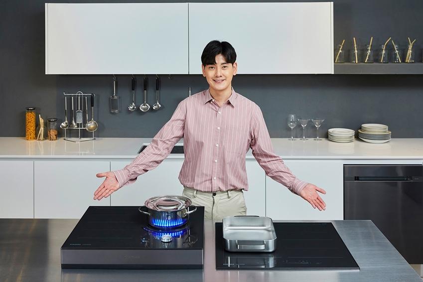 삼성전자가 강력한 화력과 15단계의 미세한 온도 조절 기능으로 요리의 맛을 극대화하고, 안전성과 사용 편의성까지 대폭 강화한 2019년형 전기레인지 인덕션을 출시한다. 국내 최초로 1개 화구를 최대 4분할해서 사용 가능한 '콰트로 플렉스존'이 적용돼 조리 도구의 크기와 형태에 상관없이 여러 가지 요리를 동시에 할 수 있다. 제품 테두리에 알루미늄 프레임을 적용해 측면과 모서리 부분이 조리 용기에 부딪쳐 깨지거나 균열이 생길 확률을 크게 줄였다. 제품별 세부 기능 차이와 전원 연결 방식에 따라 출고가 기준 129만원에서 299만원이다. 삼성전자는 오는 14일부터 삼성닷컴 홈페이지를 통해 '셰프컬렉션 인덕션' 올 플렉스 모델의 예약 판매를 시작하며, '셰프컬렉션 인덕션' 사전 체험단도 모집한다.