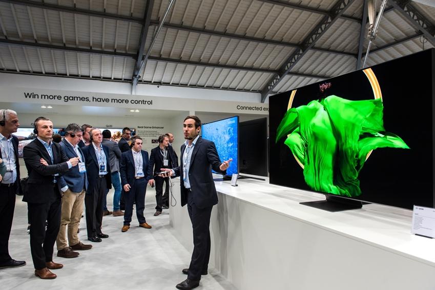 삼성전자가 전 세계 주요 거래선과 미디어 3천여명을 대상으로 '삼성포럼 2019'를 개최한다. 삼성전자 직원이 2019년형 QLED TV 라인업을 소개하고 있다.