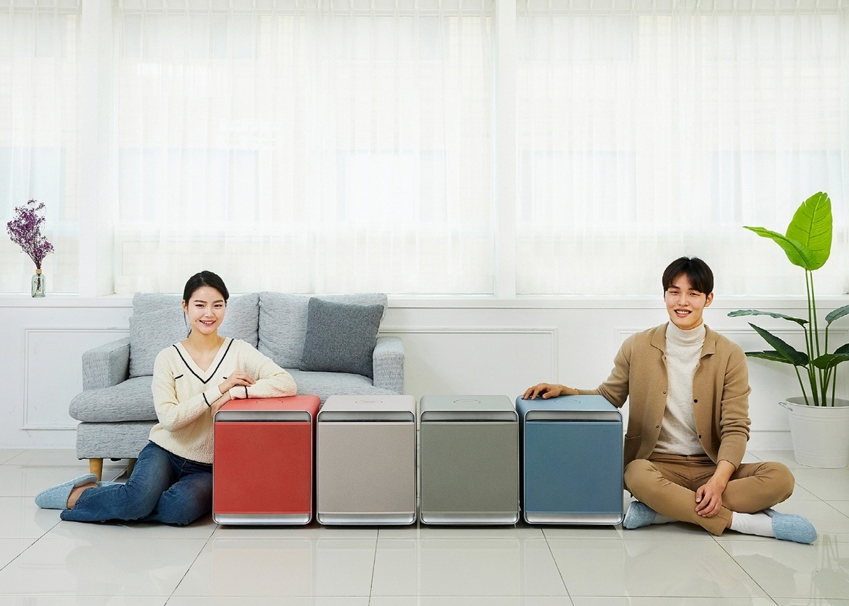 삼성전자가 프리미엄 공기청정기 '삼성 큐브'에 최근 인테리어 디자인 트렌드와 밀레니얼 세대의 선호도를 반영한 4가지 색상을 신규로 도입한다. 삼성전자 모델들이 '삼성 큐브' 컬러 에디션을 소개하고 있다.