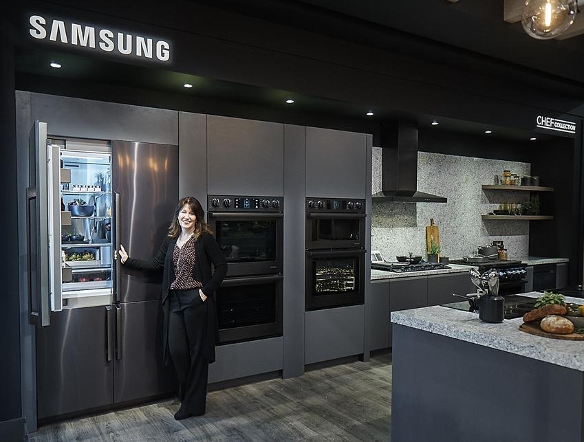 삼성전자 직원이 프리미엄 냉장고와 오븐 등이 포함된 '셰프컬렉션' 라인업을 소개하고 있다.