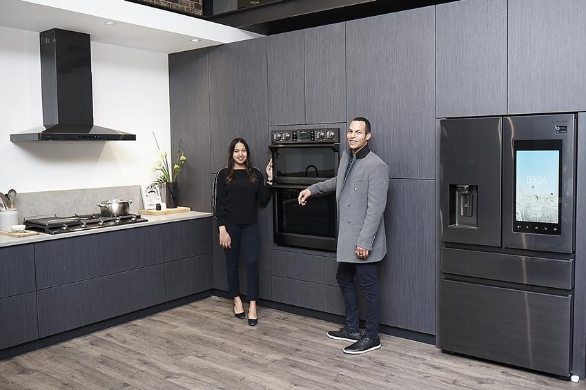 삼성전자 직원들이 '패밀리허브' 냉장고를 중심으로 차별화된 홈 IoT 주방을 소개하고 있다.