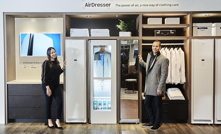 삼성전자 직원들이 프리미엄 드레스룸과 세탁실 등으로 구성된 '라이프스타일 이노베이션 존'에서 삼성 의류관리기 '에어드레서'를 소개하고 있다.
