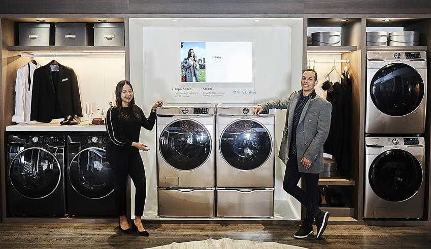 삼성전자 직원들이 프리미엄 드레스룸과 세탁실 등으로 구성된 '라이프스타일 이노베이션 존'에서 세탁 시간을 획기적으로 줄여주면서도 탁월한 세탁력을 유지하는 미국 특화 세탁기 신제품을 선보이고 있다.