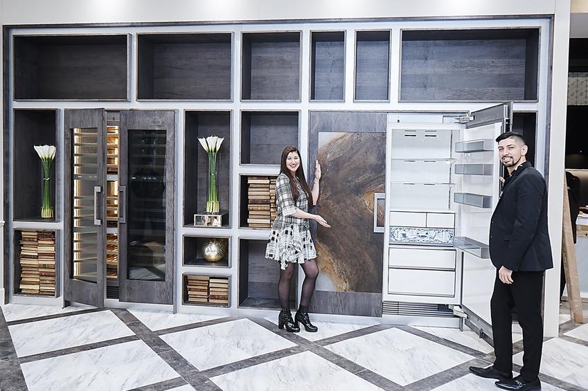 모델들이 데이코의 포슬린 소재를 적용한 트루 빌트인(True Buit-in) 냉장고와 와인 냉장고등 최고 럭셔리 라인업인 '모더니스트 컬렉션'을 소개하고 있다.