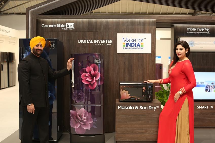 삼성전자 모델들이 인도 지역에 특화된 냉장고와 전자레인지를 소개하고 있다.