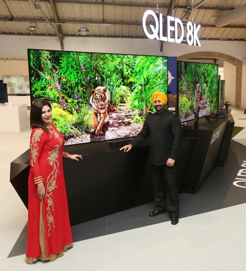 삼성전자 모델들이 인도에 출시될 2019년형 QLED 8K, 4K 라인업을 소개하고 있다.