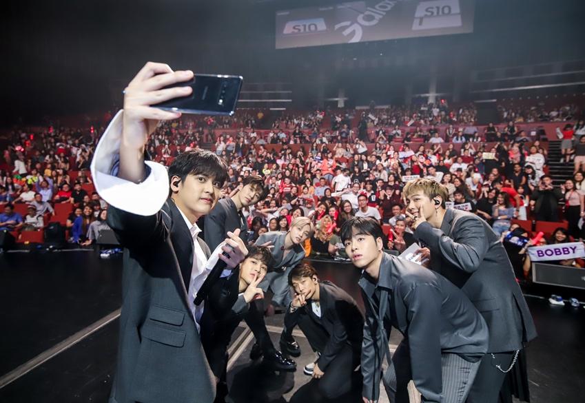 21일(현지시간) 싱가포르에서 진행된 '갤럭시 S10' 출시 행사서 아이콘(iKON)이 '갤럭시 S10'의 초광각 카메라를 활용해 참석자들과 셀피를 촬영하고 있다.