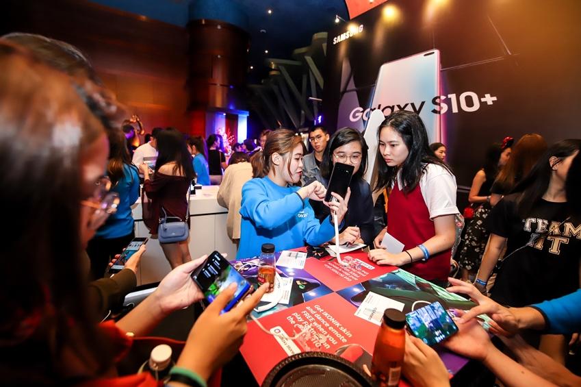 21일(현지시간) 싱가포르에서 진행된 '갤럭시 S10' 출시 행사 참석자들이 제품을 체험하고 있는 모습.