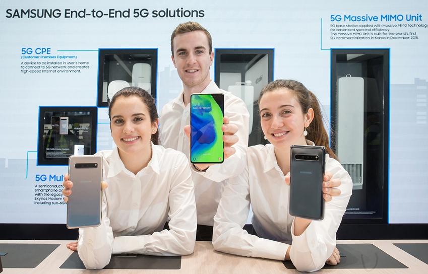 세계 최대 모바일 전시회 '모바일 월드 콩그레스(MWC) 2019' 개막을 이틀 앞둔 23일(현지시간) 삼성전자 최초 5G 스마트폰 '갤럭시 S10 5G'를 소개하고 있는 모습