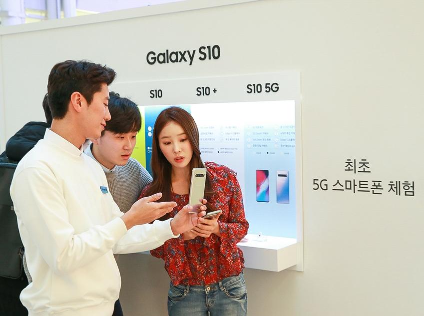 갤럭시 스튜디오를 찾은 소비자들이 삼성전자 최초 5G 스마트폰 '갤럭시 S10 5G'를 체험하고 있다. 갤럭시 S10 5G 체험 공간은 타임스퀘어와 코엑스, 롯데월드몰 내에 마련된 갤럭시 스튜디오에서 만날 수 있다.