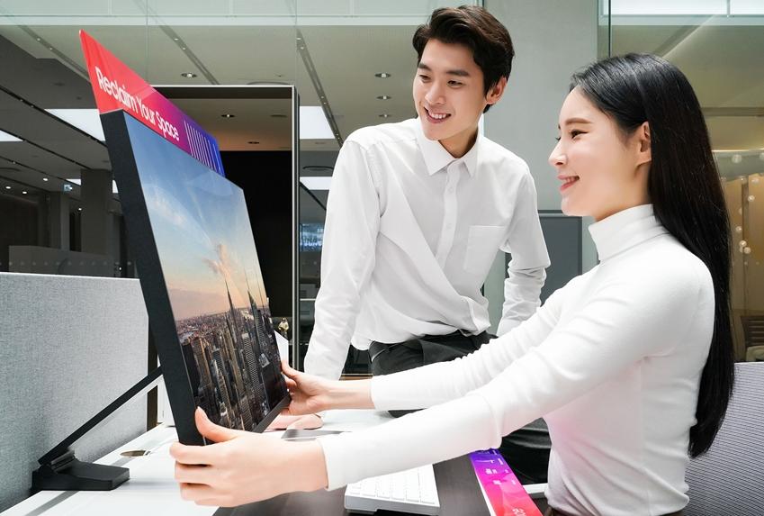 삼성전자가 책상 위 공간 활용을 자유롭게 해 줄 '삼성 스페이스 모니터'를 한국 시장에 3월 4일 출시한다. 삼성전자 모델들이 스페이스 모니터를 소개하고 있다.