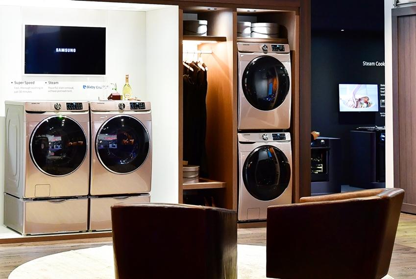 ▲ 의류 관리에 대한 관심이 나날이 커지고 있는 요즘. 세탁기와 건조기, 의류 청정기를 함께 배치한 올인원 스타일의 옷 방이 눈에 띈다. 방 안에서 의류 세탁과 관리, 청정까지 다 할 수 있는 것. 은은한 '샴페인 컬러'의 세탁기는 오래 봐도 변치않는 분위기를 선사하고 '골드 미러' 소재의 에어드레서는 공간을 풍경으로 담아낸다. 건조한 의류를 바로 걸어놓고나 수납할 수 있는 빌트인 가구로 실용성을 강조했다.