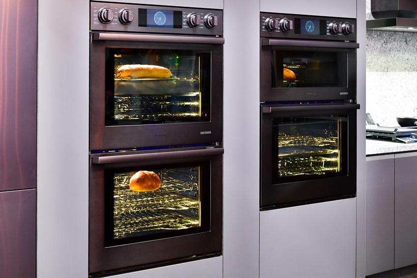 ▲ 빌트인 가전은 주방 가구와 깔끔한 조화를 이루는 것이 특징. 금방이라도 맛있는 음식을 완성해줄 것 같은 매트한 블랙 스테인리스 재질의 고급스러운 오븐 전기레인지.