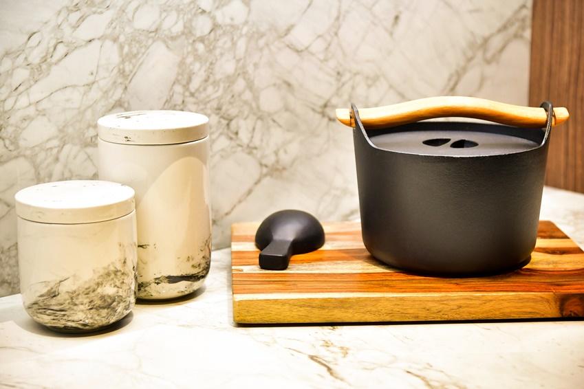 ▲ 투명한 소재의 부엌 상부장은 수납된 그릇과 식재료를 인테리어 오브제로 느껴지게 한다.