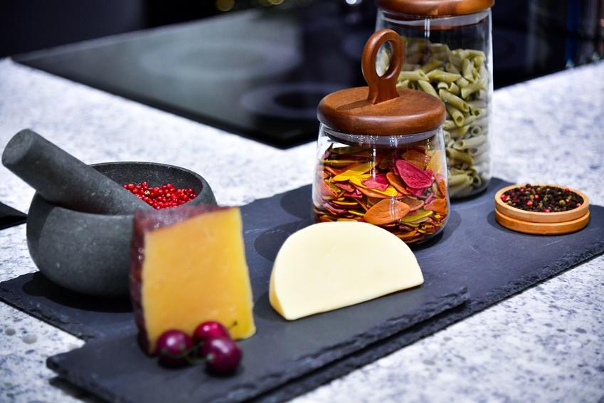 ▲ 독특하고 멋스런 소재의 접시에 신선한 식재료를 올려 두는 것 만으로도 하나의 인테리어 요소가 될 수 있다.