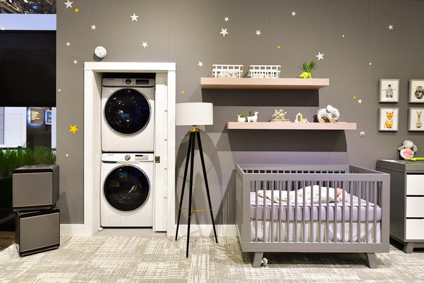 ▲ 아기가 마시는 공기, 아기 피부에 닿는 이불과 옷, 장난감… 아기의 공간에 놓이는 모든 것에는 부모의 신중한 선택이 녹아있다. 삼성 큐브 공기청정기가 방안 공기를 깨끗하게 지키고, 세탁기와 건조기를 방 안에 배치해 효율성을 높였다. 세탁기와 건조기가 설치된 공간은 미닫이 문으로 닫아 놓을 수 있게 구성했다.