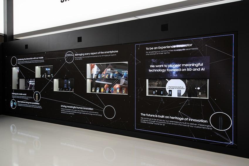 ▲ MWC19 부스에서 삼성전자가 수십년에 걸친 네트워크와 모바일 기기 혁신의 역사를 소개하고 있다.