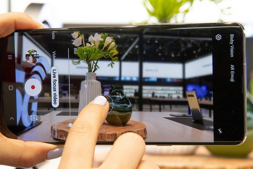 ▲ '갤럭시 S10 5G'는 앞면, 뒷면 모두 3차원(3D) 심도 카메라를 갖춰, 동영상 라이브 포커스 등 혁신 기능을 간편히 이용할 수 있다.