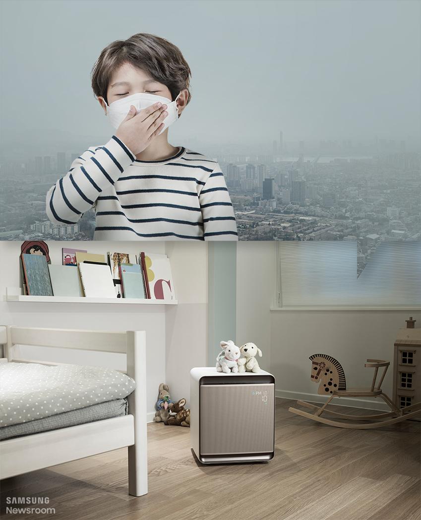 미세먼지 때문에 마스크를 쓴 아이와 아이방에 놓인 공기청정기 큐브