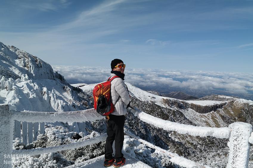▲ 한라산을 등반 중인 진원 씨. 펼쳐진 설경이 등반 과정이 녹록지 않았음을 보여 준다