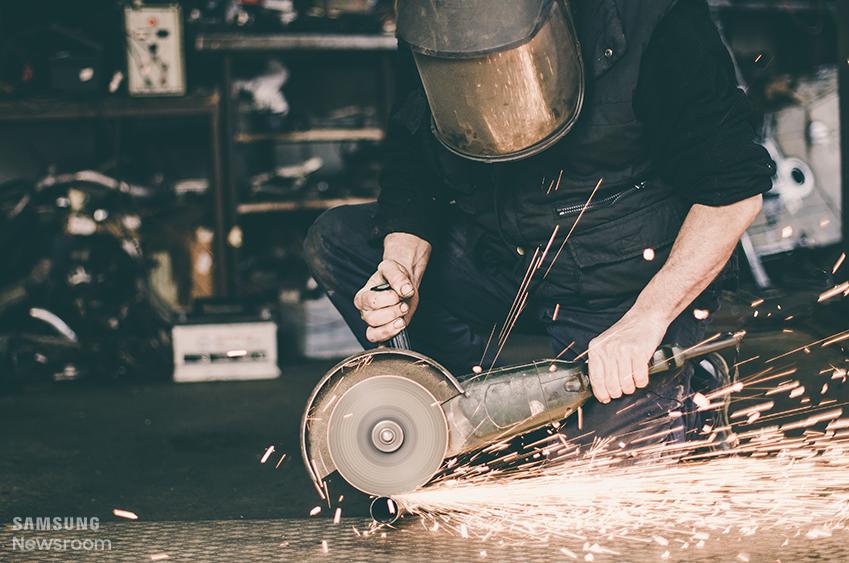 제가 몸담고 있는 부서는 금형을 개발하고 제작하는, 이른바 쇠를 깎고 다듬고 조립해 제품을 만들어 내는 현장이기 때문입니다.