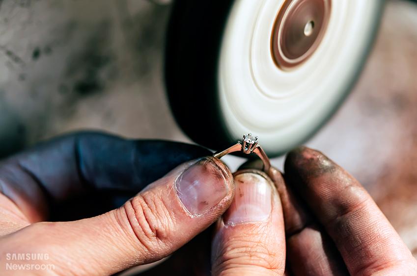기계 설비 중엔 '텀블러 광택기(tumbler polishing machine)'란 게 있습니다. 반지나 목걸이를 보드랍게 윤을 낼 때 쓰는 기계에요.