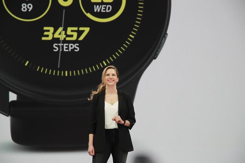 """▲ 갤럭시 워치 액티브(Galaxy Watch Active)와 갤럭시 핏(Galaxy Fit)은 건강을 위한 다양한 혁신 기술을 탑재하고 있다. 엘레나 비베스 디렉터는 """"불필요한 칼로리를 소모할 수 있도록 하는 것은 물론, 에너지가 지나치게 소모되는 것을 막아 준다""""고 설명했다."""