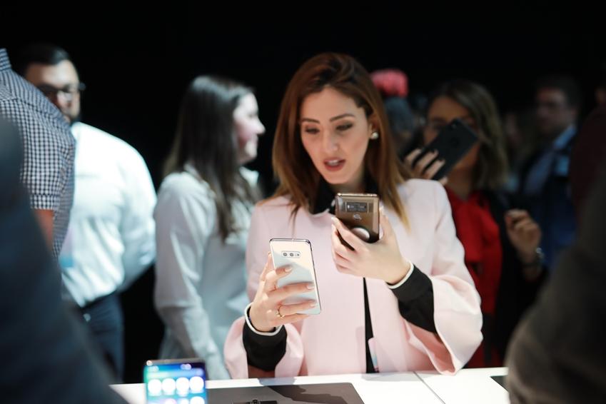 ▲ 언팩 행사 참석자가 갤럭시 S10 다양한 모델에 적용된 디스플레이를 살펴보고 있다.