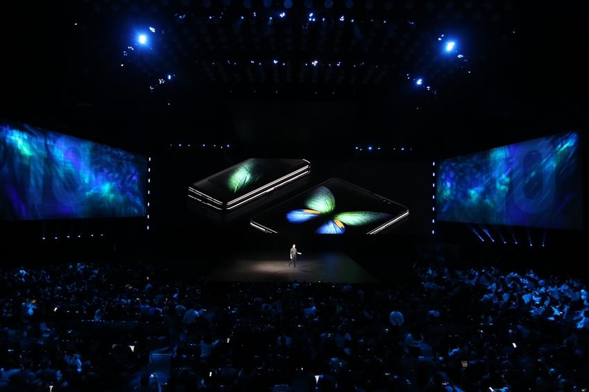 ▲ 삼성전자 미국법인 저스틴 데니슨(Justin Denison) 상무가 스마트폰의 새로운 카테고리를 제시한 '갤럭시 폴드'를 소개하면서 객석 분위기는 뜨겁게 달아올랐다.