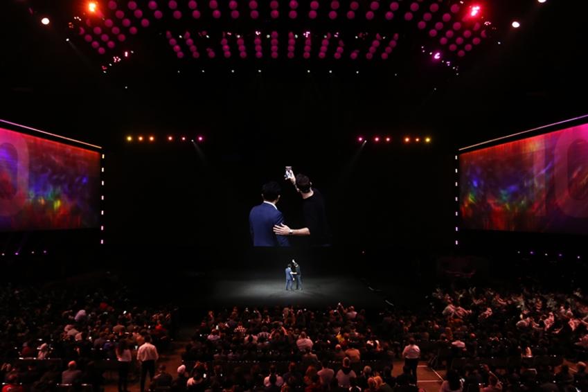 ▲ 인스타그램의 아담 모세리(Adam Mosseri) 최고경영자(CEO)는 고동진 사장과 함께 셀카를 촬영한 후, 자신의 인스타그램에 사진을 업로드하며 갤럭시 S10+에 추가된 '인스타그램 모드'의 편리함을 직접 보여줬다.