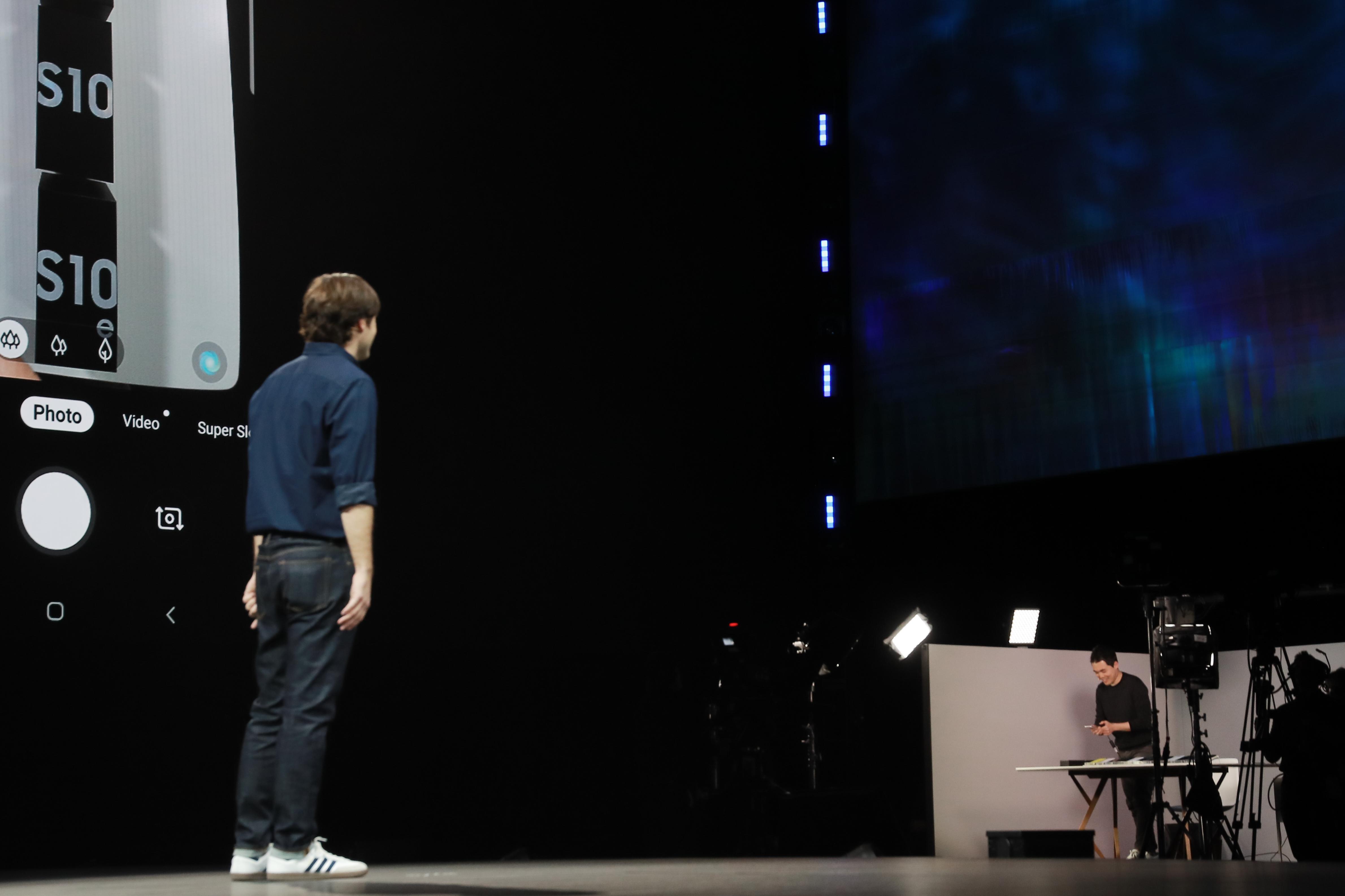 ▲ 삼성전자 무선사업부 김원석 씨가 '갤럭시 폴드'를 접었다 폈을 때도 애플리케이션을 끊김 없이 볼 수 있는 '앱 연결 사용성'과 3분할로 화면을 나눠서 쓸 수 있는 '멀티 액티브 윈도우' 기능을 무대에서 직접 시연하고 있다.