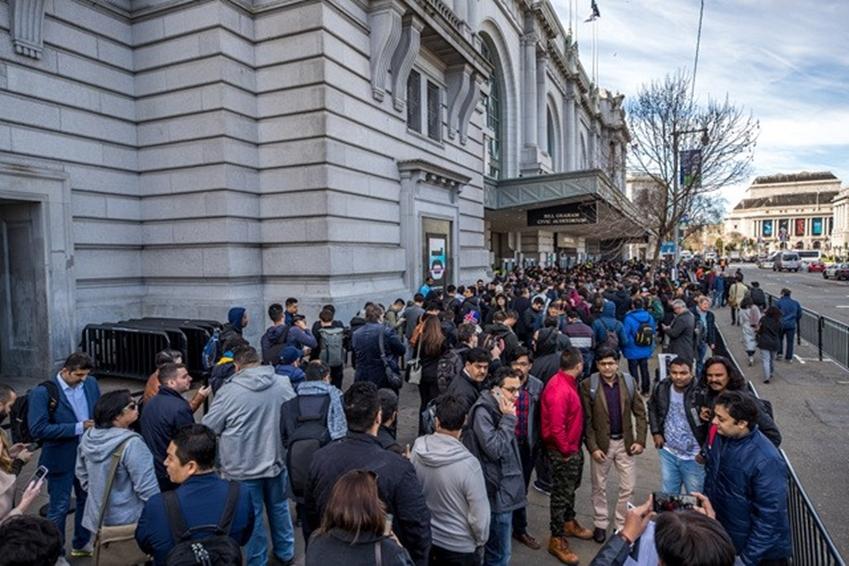 ▲ 빌 그레이엄 시빅 센터 주변은 '갤럭시 언팩 2019'에 대한 기대감으로 가득한 수많은 참석자들로 발 디딜 틈 없이 붐볐다.