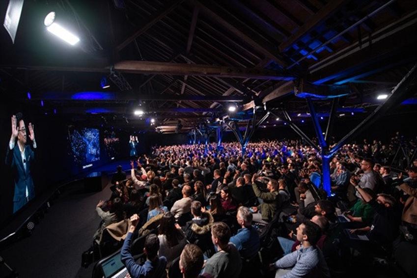 ▲ 고동진 사장이 생중계를 통해 '런던 언팩 이벤트'에 참석한 참석자들과 인사를 나누고 있다. '갤럭시 언팩 2019'는 영국 런던에서도 동시개최 되었다.