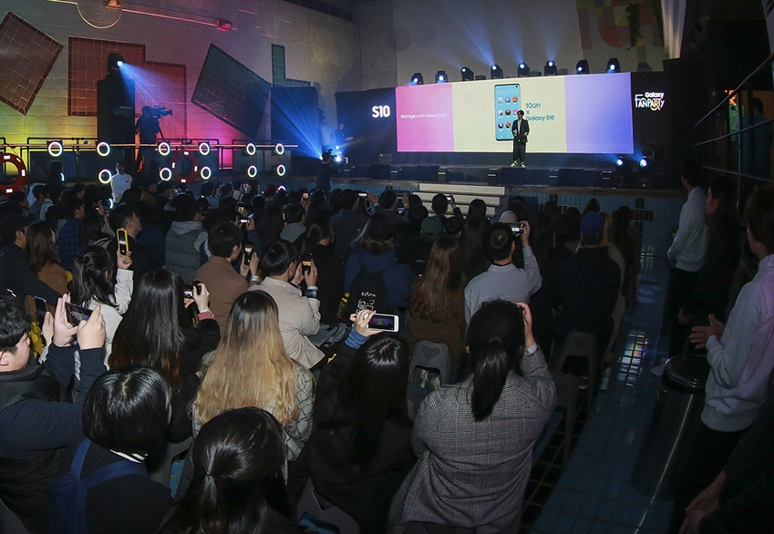 지난 3월 2일 광주 동구 커볶에서 진행된 '갤럭시 팬 파티'에서 가수 10cm가 갤럭시 10년을 맞아 갤럭시 팬의 스토리로 직접 만든 노래 '스토리지(Storage)'를 소개하는 모습