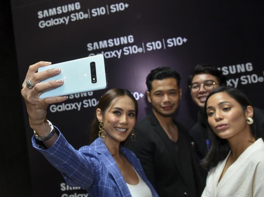 3월 1일(현지시간) 말레이시아 겐팅 하이랜즈의 대형 쇼핑몰 스카이 애비뉴(Sky Avenue)에서 미디어, 소비자 등 300여 명을 대상으로 진행된 '갤럭시 S10' 출시 행사에서 참석자들이 제품을 체험하고 있다.