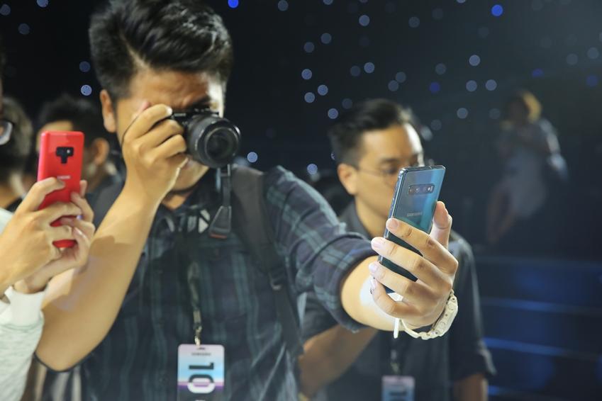 2월 26일(현지시간) 베트남 호치민의 대형 행사장인 젬(GEM) 컨벤션 센터에서 미디어, 파트너 등 200여 명을 대상으로 진행된 '갤럭시 S10' 출시 행사에서 참석자들이 제품을 체험하고 있다.