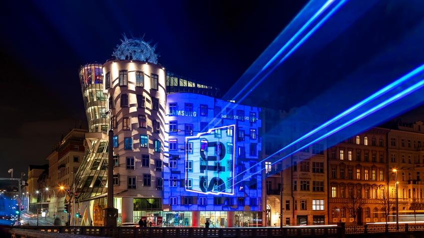 2월 22일(현지 시간) 체코 프라하 춤추는 건물/댄싱 하우스(Tancici dum)에 '갤럭시 S10' 출시를 앞두고 레이저 광고가 진행 중이다.