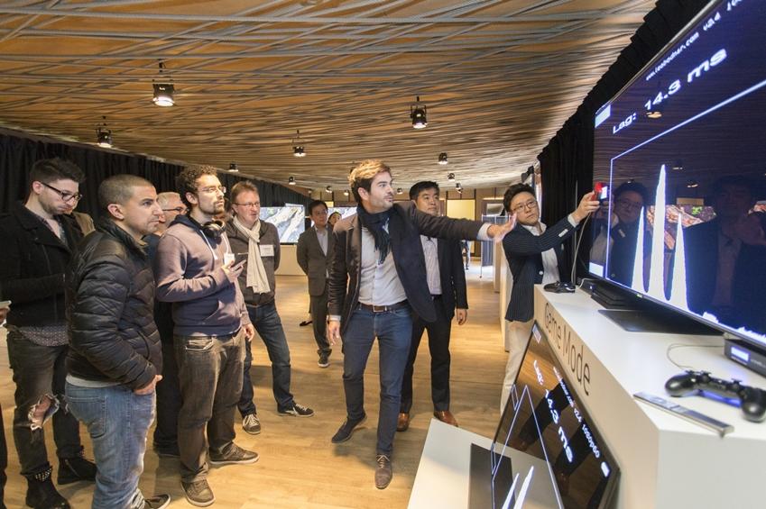 삼성전자가 2019년형 QLED TV를 출시하며 7일 유럽을 필두로 4월말까지 전 세계 주요 지역에서 '글로벌 테크 세미나'를 개최한다. 삼성전자 직원이 2019년형 QLED TV의 핵심 기술에 대해 설명하고 있다.