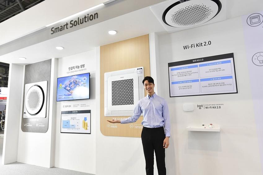 삼성전자 모델이 '스마트 솔루션' 존에서 사용 편의성과 에너지 효율성을 극대화한 '인감지 지능 냉방'과 '와이파이 키트'를 소개하고 있다.