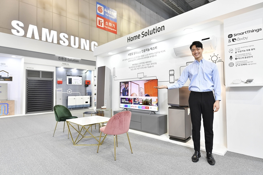 삼성전자 모델이 인공지능 빅스비를 통한 홈 솔루션을 소개하고 있다.