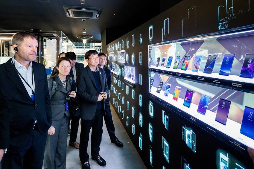 12일 일본 도쿄에서 열린 '갤럭시 하라주쿠' 개관식에 참석한 티모 루베(Timo Lumme) IOC 마케팅국장이 갤럭시 스마트폰의 혁신 역사를 보여주는 전시존을 관람하고 있는 모습.