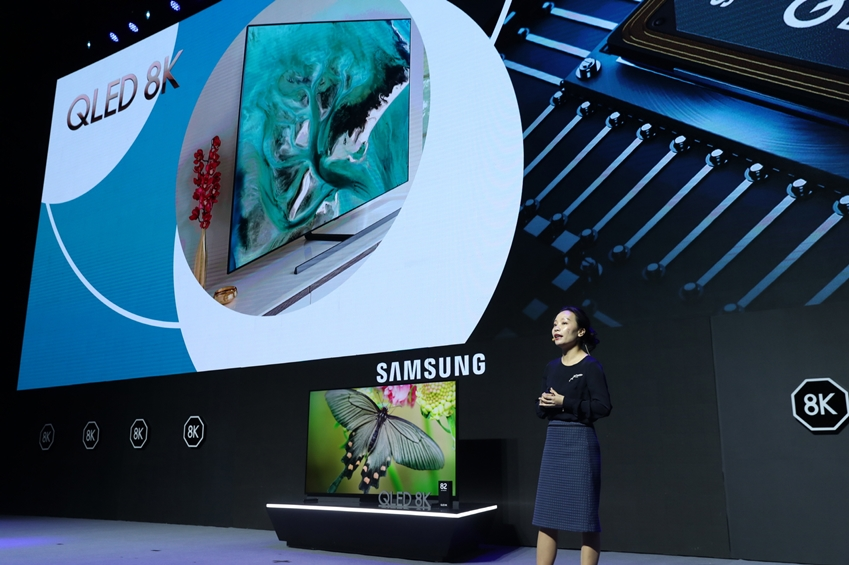 삼성전자 직원이 중국에 출시하는 2019년형 QLED 8K에 대해 소개하고 있다.