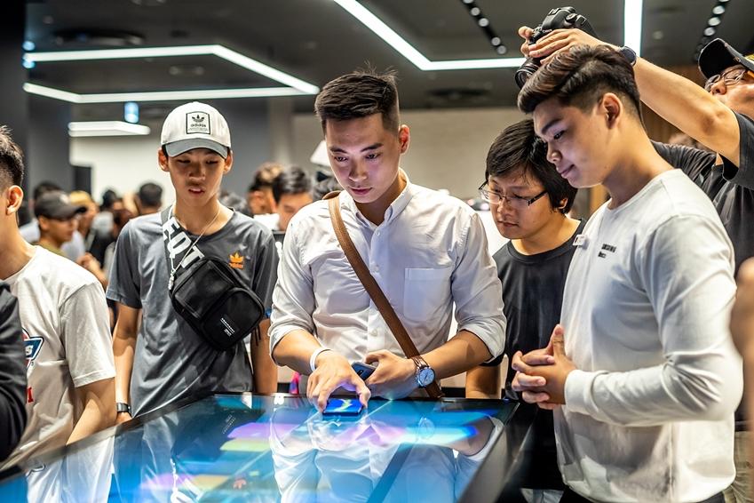 15일(현지시간) 베트남 호찌민의 비텍스코(Bitexco) 파이낸셜 타워에 오픈한 '삼성 쇼케이스'를 방문한 고객들이 삼성전자 제품과 다양한 서비스를 체험하고 있다.