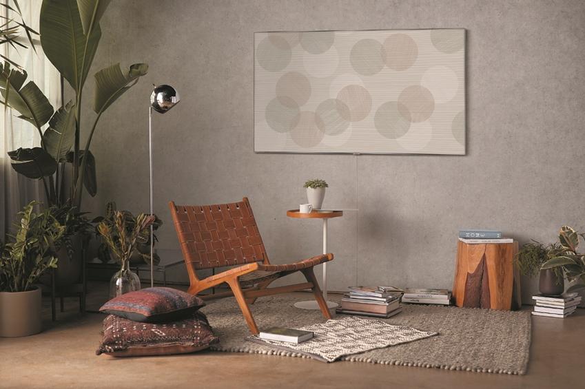 삼성 QLED TV에 세계적인 디자이너 '스홀턴 & 바잉스' 작품의 매직스크린 모드가 띄워져 있다.