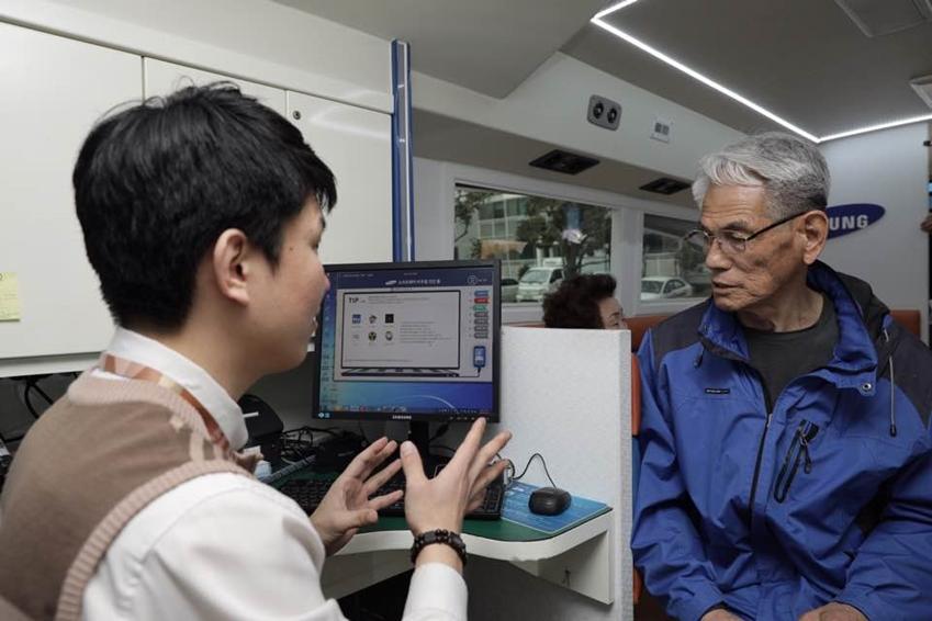 삼성전자서비스의 찾아가는 서비스를 방문한 고객에게 수리기사가 설명을 하고 있다.