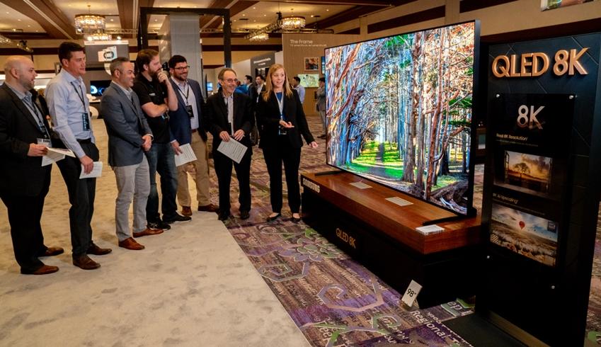 삼성전자 직원이 미국 주요 거래선들에게 삼성 QLED 8K를 소개하고 있다.