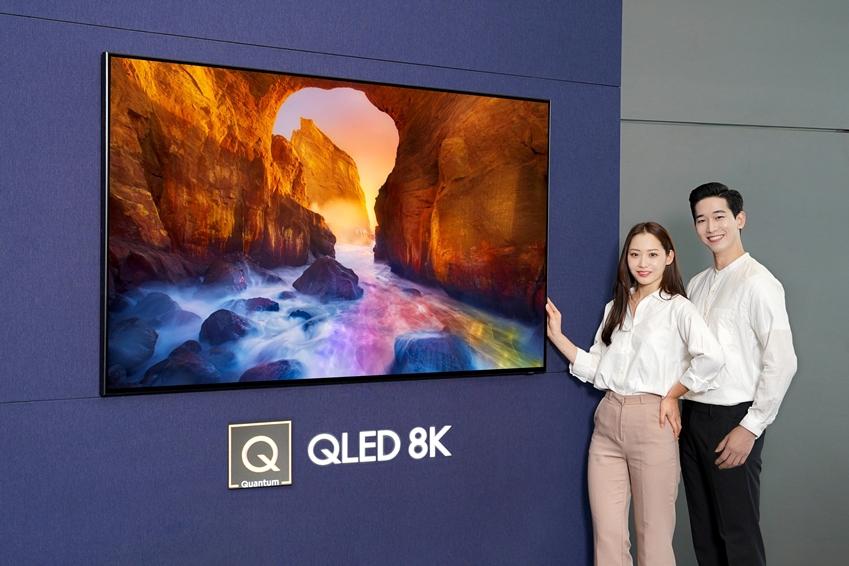 삼성전자 모델들이 삼성 디지털프라자 삼성대치점에서 화질에서 스마트 기능까지 완전히 새로워진 2019년형 'QLED TV'를 소개하고 있다.