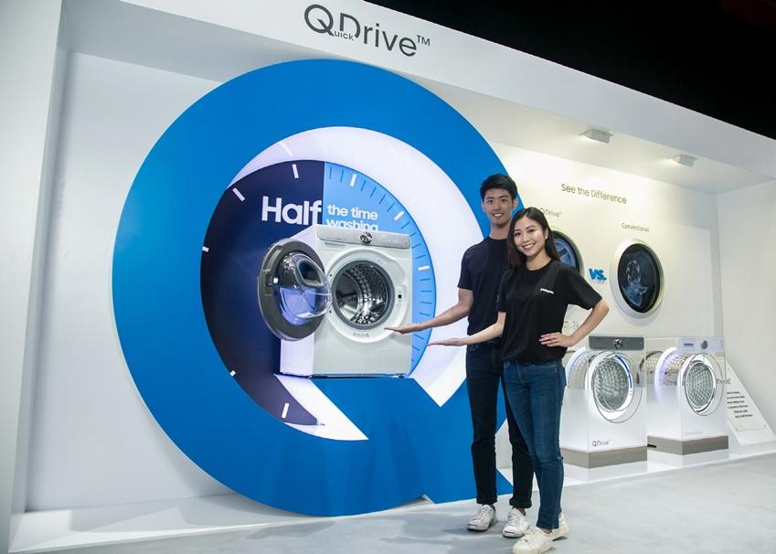 삼성전자는 '삼성 동남아 포럼 2019'에서 '퀵 드라이브' 세탁기를 전시했다. '퀵드라이브' 는 기존 드럼세탁기의 상하 낙차 방식과 전자동 세탁기의 회전판 방식을 결합해 상·하·전·후 네 방향 움직임을 구현함으로써 강력한 세탁 성능은 물론 세탁 시간을 획기적으로 줄인 것이 특징이다.