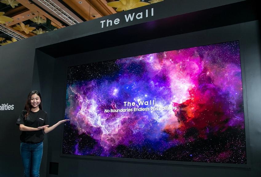 삼성전자는 '삼성 동남아 포럼 2019'에서 '마이크로 LED' 기술 기반 146형 모듈러 스크린 '더 월(The Wall)'을 전시했다. 이 제품은 '모듈러' 방식이 적용돼 사용 목적과 공간 특성에 맞게 146형(4K)부터 292형(8K)까지 다양한 사이즈와 형태로 설치할 수 있어 고급 주택·별장·리조트 등 새로운 럭셔리 시장을 개척하는 데 큰 역할을 할 것으로 기대된다.