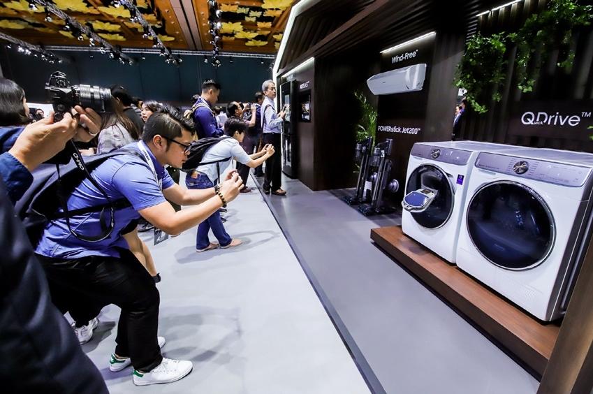'삼성 동남아 포럼 2019'에서 삼성전자의 주요 거래선과 현지 미디어들이 '패밀리허브' 냉장고와 벽걸이형 '무풍에어컨', '삼성 제트' 무선청소기, '퀵 드라이브' 세탁기 등 삼성전자의 혁신 가전 제품들을 살펴보며 촬영하고 있다.